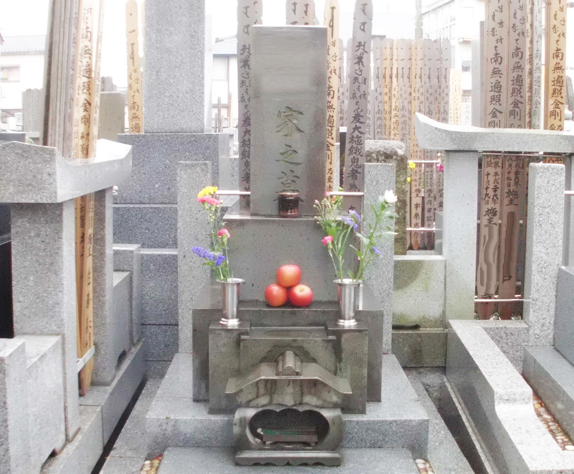 墓と卒塔婆に書かれた戒名